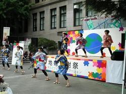 早稲田地球感謝祭2009・メインステージの様子(下駄っぱーず)