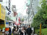 早稲田祭で賑わう「早大西門通り」