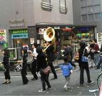 早稲田大学ニューオルリンズジャズクラブが大隈通りをパレード