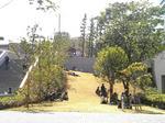 新しくできた11号館脇の芝生でくつろぐ学生たち