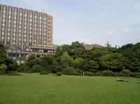 広大な芝生が広がる早稲田大学大隈庭園