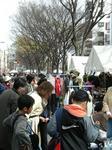 早稲田地域最大のフリーマーケットに集まる人々