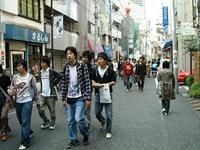学生らでにぎわう早稲田の大隈通り
