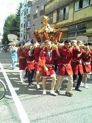 早稲田鶴巻町の天祖神社の例大祭の様子