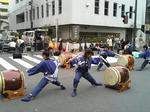 昨年秋の「鶴巻町フェスティバル」路上でのパフォーマンスの様子