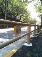 木製のガードレールが取り付けられたグランド坂